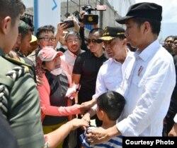 Presiden Jokowi memeluk Izrael, berbincang dengan beberapa korban gempa di Palu, Rabu (3/10). (Courtesy: Setpres RI)