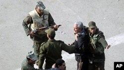 Soldats égyptiens interviennent alors que les manifestants anti-gouvernementaux arrêter un adversaire lors de la poursuite des manifestations dans le centre de la place Tahrir , le 3 Février , 2011. pHOTO ap