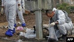 Chuyên gia chất nổ Israel điều tra hiện trường vụ nổ gần 1 trạm xe buýt tại Jerusalem, 23/3/2011