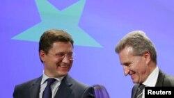 Menteri Energi Rusia Alexander Novak (kiri) dan Komisioner Energi Uni Eropa, Guenther Oettinger (R) dalam pertemuan di Brussels (30/10). (Reuters/Francois Lenoir)