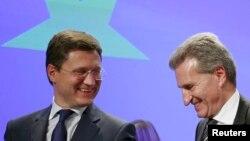 El ministro de Energía ruso Alexander Novak junto al comisionado de energia europeo Guenther Oettinger.
