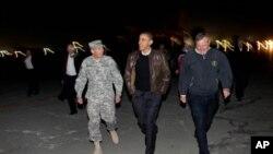 奧巴馬和彼得雷烏斯將軍(左)及美國駐阿富汗大使(右)本月初在阿富汗機場