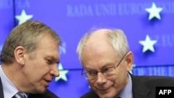 Chủ tịch thường trực của Liên Hiệp Châu Âu Herman van Rompuy (phải) và Thủ tướng Bỉ Yves Leterme tại cuộc họp báo của Hội nghị Thượng đỉnh EU ở Brussels, ngày 28/10/2010