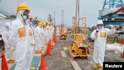 Thành viên của quận Fukushima, giám sát tình trạng an toàn của việc ngưng hoạt động của nhà máy hạt nhân, đang kiểm tra nơi xây bức tường chắn để phóng xạ không rò rỉ ra biển