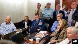 지난 2011년 5월 1일 바락 오바마 미국 대통령(왼쪽 두번째), 조 바이든 부통령(왼쪽 첫번째), 국가 안보팀 참모진들이 백악관 상황실에서 빈 라덴 사살 작전에 대한 보고를 받고 있다. (자료사진)