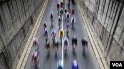 Sekelompok pebalap dekat Puerto de Navacerrada dalam etape 20 Tur Spanyol 2010. Wilayah Basque akan menjadi salah satu rute Tur Spanyol 2011.