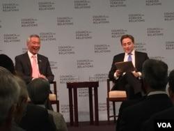 新加坡总理李显龙(左)在美国外交关系委员会上与《纽约客》杂志记者欧逸文进行对话(美国之音莉雅拍摄)