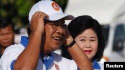 Thủ tướng Campuchia Hun Sen và phu nhân Bun Rany (phải) đến một khu vực vận động tranh cử ở Phnom Penh, 27/6/2013. REUTERS/Samrang Pring