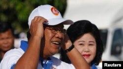 Thủ tướng Campuchia Hun Sen và phu nhân Bun Rany trong một cuộc vận động tranh cử tại Phnom Penh, ngày 27/6/2013.
