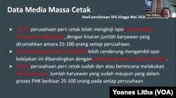 "Agus Sudibyo dari Dewan Pers memaparkan dampak pandemi virus corona terhadap industri media cetak dalam diskusi virtual ""Merumuskan Pola Baru Jurnalisme TV di Era New Normal (28/5) oleh Ikatan Jurnalis Televisi Indonesia (IJTI). (Foto: VOA/Yoanes Litha)"
