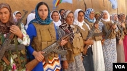 """在科巴内拿枪抗击""""伊斯兰国""""激进分子的库尔德女子。"""
