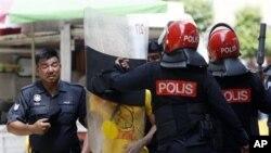 Polisi Malaysia menggunakan tamengnya untuk memukul para pengunjuk rasa yang menuntut reformasi pemilu di Kuala Lumpur, Malaysia (28/4).