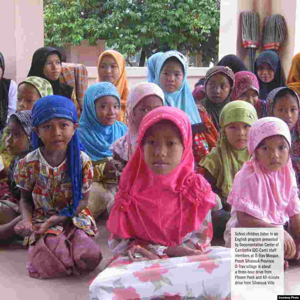 School Children listen to an English program presented by Documentation Center of Cambodia (DC-Cam) staff members at O-Trav Mosque, Preah Sihanouk Ville. O-Trav village is about a three-hour drive from Phnom Penh and 40 minutes drive from Sihanouk Ville.(Courtesy photo of DC-Cam)