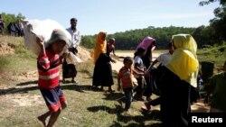 ဘဂၤလားေဒ့ရွ္နယ္စပ္ Kutupalang ဒုကၡသည္စခန္းကို ၀င္ေရာက္လာၾကတဲ့ ရိုဟင္ဂ်ာ ဒုကၡသည္မ်ား (ႏို၀င္ဘာလ ၂၁ ရက္ ၂၀၁၆ခုနွစ္)