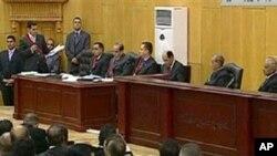 Imagem do painel que está a julgar o ex-presidente Mubarak e o seu ministro do Interior, Habib Hadly.