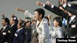15일 일본 제1야당 민진당의 새 대표로 선출된 렌호(가운데) 대표가 당대회 참가자들과 함성을 지르고 있다.