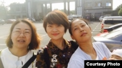 709家屬王峭岭(左起)、李文足和原珊珊在長沙二看前(網絡圖片)