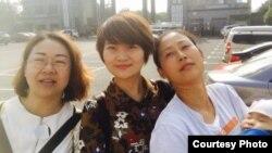 709家属王峭岭(左起)、李文足和原珊珊在长沙二看前(网络图片)