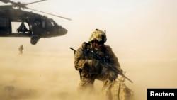 رپورٹ میں کہا گیا ہے کہ افغان فوج کو تمام تر تربیت اور مشاورت کی فراہمی کے باوجود بھاری جانی نقصان برداشت کرنا پڑ رہا ہے۔ (فائل فوٹو)