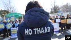 """3月7日南韓民眾抗議""""薩德""""入韓。圖為一抗議者穿著反""""薩德""""外衣。"""