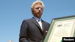 Boris Becker menerima piagam setelah namanya masuk ke dalam daftar 'International Tennis Hall of Fame' dalam upacara di Newport, Rhode Island AS, 12 Juli 2013 (foto: dok).