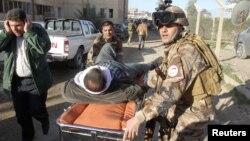 이라크 키르쿠크에서 지난 16일 자살폭탄 테러가 발생한 가운데, 군인드리 부상자를 옮기고 있다. (자료사진)