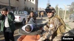 Người bị thương được đưa ra khỏi hiện trường vụ nổ bom tự sát ở Kirkuk, ngày 16/1/2013.