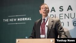 26일 아산정책연구원 주최로 서울에서 열린 국제관계 포럼 '아산플래넘 2016'에서 로버트 아인혼 브루킹스 연구소 선임연구원이 연설하고 있다.