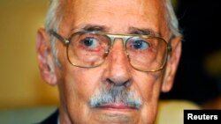 Former Argentine dictator Jorge Rafael Videla listens to verdict in human rights abuse trial, Cordoba, Dec. 22, 2010.