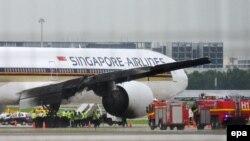 Cánh máy bay Singapore Airlines bị cháy đen sau khi hạ cánh khẩn cấp xuống sân bay Changi, ngày 27/6/2016.