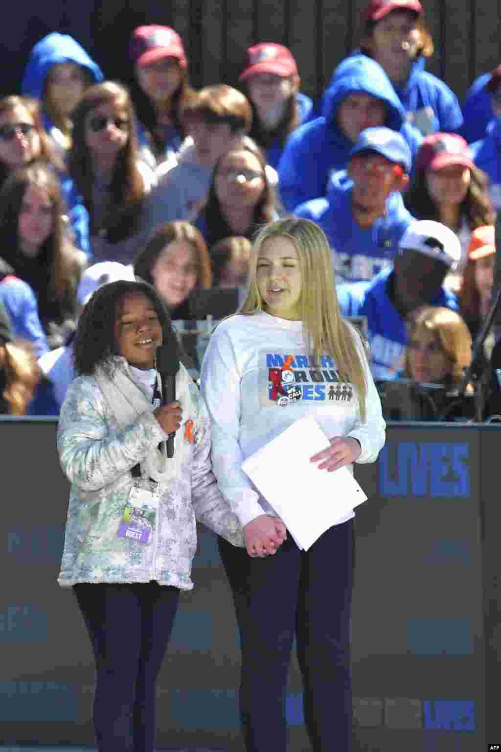 """La petite-fille de Martin Luther King Jr, Yolanda Renee King, à gauche, parle à côté de l'étudiante Jaclyn Corin lors du rassemblement de """"Marche pour nos vie"""" à Washington le 24 mars 2018."""
