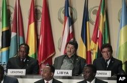 Le chef de la diplomatie libyenne, Abdelati Obeidi (au milieu) lors de la session d'ouverture
