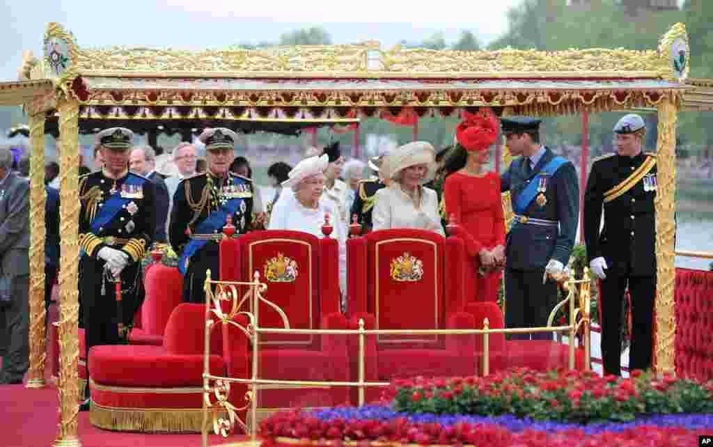 Anggota keluarga kerajaan, dari kiri ke kanan, Pangeran Charles, Pangeran Philip, Ratu Elizabeth II, Duchess of Cornwall Camilla, Duchess of Cambridge Kate, Pangeran William dan Pangeran Harry.