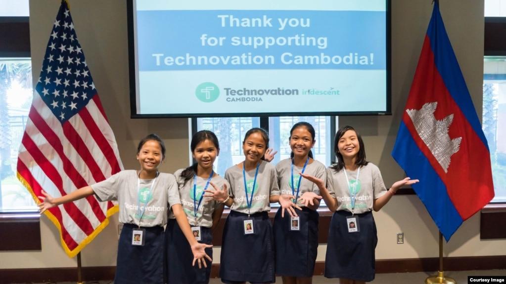 កុមារីខ្មែរទាំង៥រូបដែលបានបង្កើតកម្មវិធី app ឈ្មោះ Cambodia Identity Product សម្រាប់ លក់ផលិតផលខ្មែរតាមទូរស័ព្ទ ដើម្បីចូលប្រកួតកម្មវិធី Technovation Challenge 2017 ថតនៅក្នុងស្ថានទូតសហរដ្ឋអាមេរិកក្នុងរាជធានីភ្នំពេញ។ ពួកគេនឹងចូលរួមប្រកួតវគ្គផ្តាច់ព្រ័ត្រ  Technovation World Pitch Summit ពីថ្ងៃទី៧ដល់១១ខែសីហា នៅទីស្នាក់ការកណ្ដាលនៃមហាក្រុមហ៊ុន Google ក្នុងទីក្រុង Mountain View ស្ថិតចំកណ្ដាលតំបន់បច្ចេកវិទ្យា Silicon Valley សហរដ្ឋអាមេរិក។ (រូបថតផ្តល់ឲ្យដោយ USAID/Technovation Cambodia)