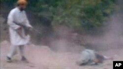 아프가니스탄 카불 외곽 지역에서 탈레반이 간통 혐의 여성을 총살하고 있다. (자료사진)