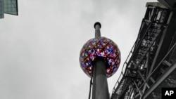 Bola kristal ikonik yang akan menandaitahun baru di Times Square New York, telahditesmenjelang malam tahun baru.(Foto: AP)