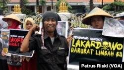 Warga Desa Lakardowo menyatakan desanya darurat limbah B3 (Foto :VOA/Petrus Riski).