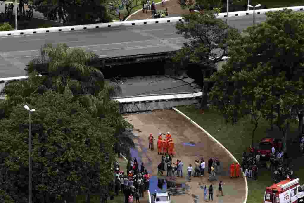Para petugas berada di sebuah jalan layang yang ambruk yang menggangu lalu lintas di Brasilia, Brazil.