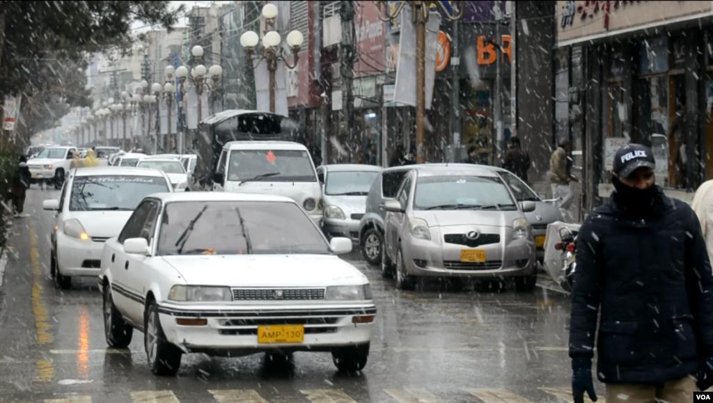 برف باری اور بارش سے شاہراہوں پر ٹریفک کی روانی انتہائی سست رہی۔