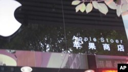A photograph of one of several suspected fake Apple stores in Kunming, China. An American woman took the photographs and posted them on her blog (http://birdabroad.wordpress.com/).