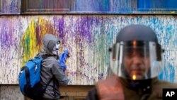 Prosvjednici u Makedoniji bojama, umjesto drvljem i kamenjem, negoduju zbog stanja u toj zemlji