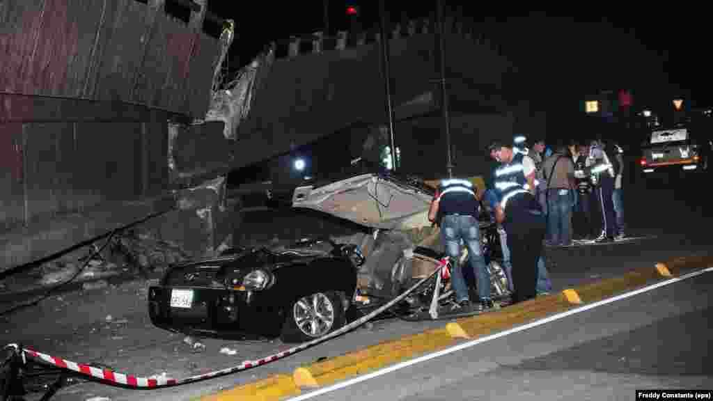 Des équipes de sauveteurs vérifient les voitures sur un pont qui s'est effondré, dans la ville deGuayaquil, Équateur, 17 avril 2016.