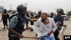 Cảnh sát chống bạo động Bangladesh bắt giữ một tín đồ Hồi giáo biểu tình phản đối dự luật bảo đảm phụ nữ được quyền bình đẳng trong việc hưởng thừa kế tại Dhaka, ngày 4/4/2011