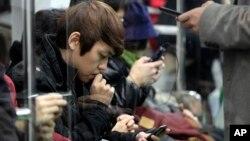 지난 2012년 11월 서울 지하철에서 승객들이 스마트폰을 사용하고 있다.