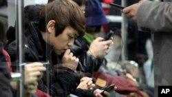 Para penumpang asyik menggunakan ponsel mereka di dalam kereta api di Seoul, South Korea, negara yang rakyatnya memiliki kecanduan digital. (Foto: Dok)