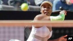Venus Williams saat berlaga di turnamen tenis Italia Terbuka di Roma, 16 Mei 2019. (Foto: AP/arsip)