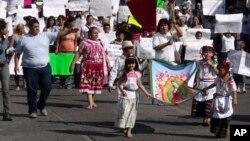 """Curiosamente, decenas de personas salieron a protestar por la muerte de Nazario """"El Chayo"""" Moreno a quién consideraban un mentor."""