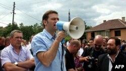 Šef pregovaračkog tima za Kosovo i Metohiju Borislav Stefanovic obraća se grupi od oko 2.000 Srba koji su uspostavili barikadu, u mestu Rudare na severu Kosova, 2. avgusta 2011.