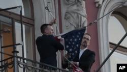 美國駐聖彼得堡領事館人員2018年3月31日收起美國國旗(美聯社)