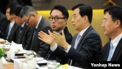 한민구 한국 국방 장관(오른쪽 두번째)이 13일 서울 용산구 국방컨벤션에서 열린 미한 전문가 초청 정책간담회에서 관계자들과 대화를 나누고 있다.